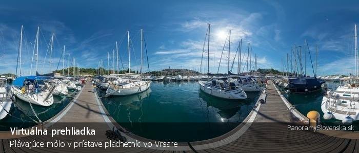 Plávajúce mólo v prístave plachetníc vo Vrsare